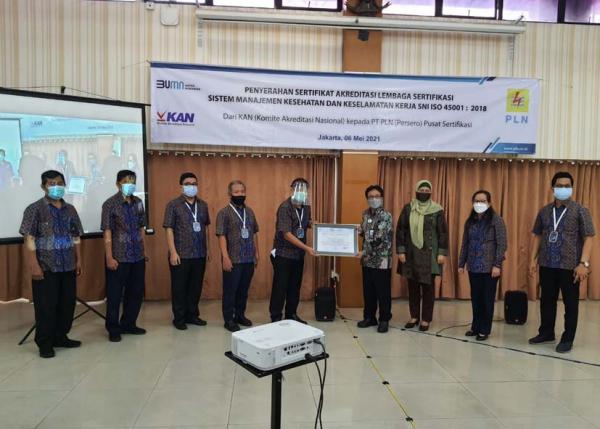 PLN Pusertif Terima Sertifikat Akreditasi Lembaga Sertifikasi SMK3 SNI ISO 45001 : 2018
