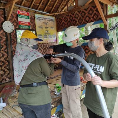 Photo of Tim Pengabdian Masyarakat IT-PLN Pasang PJU Tenaga Surya di Desa Desa Kaduberuem Serang