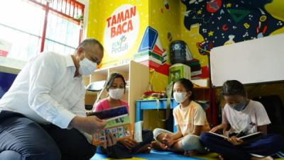 Photo of Tumbuhkan Minat Baca di Hari Buku Nasional, PLN Donasi Buku ke Taman Baca Matahari Manggarai